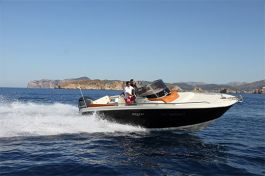 barcos-Invictus-Yacht-240-CX(1)